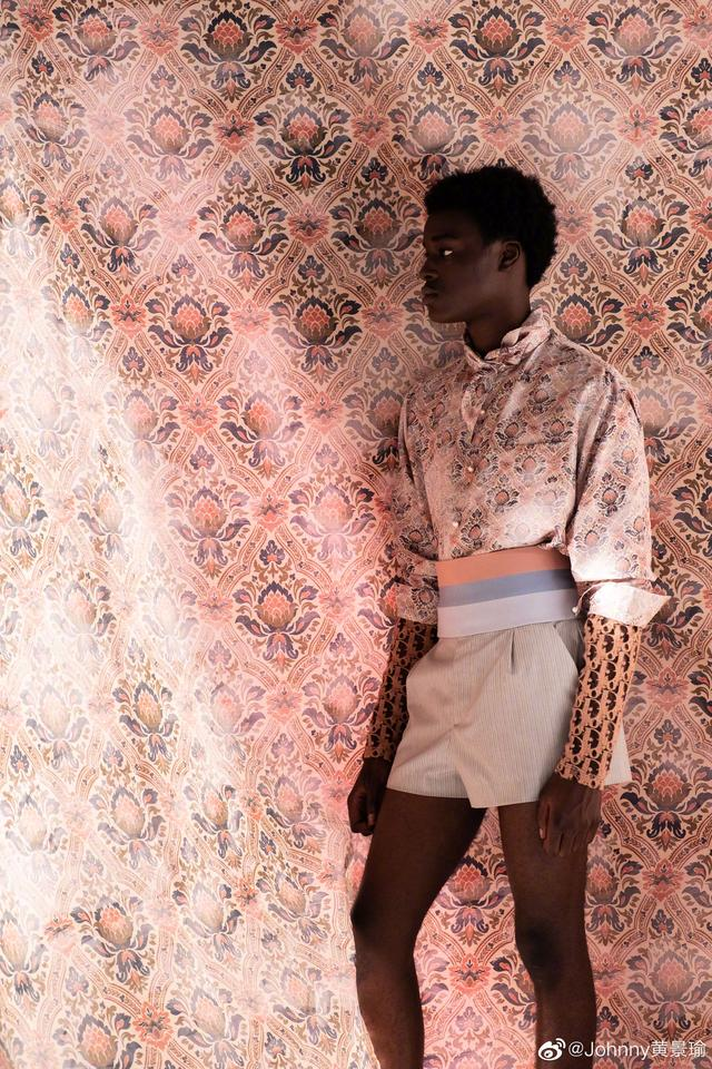 getInterUrl?uicrIvZQ=0a0e12d913c5b01f3500611b6f65295e - The release of Dior's summer men's clothing in 2021 made me see different African culture and French fashion. Unexpectedly, these two styles can be so cleverly and vividly presented, can not help but make people shine. In this series, I am familiar with the silhouette design, such as the three-dimensional folded waist line, which reflects the pride of DIOR Dior tailoring style; bright colors full of African tribal style and classic flower elements combine to show lifelike brand new