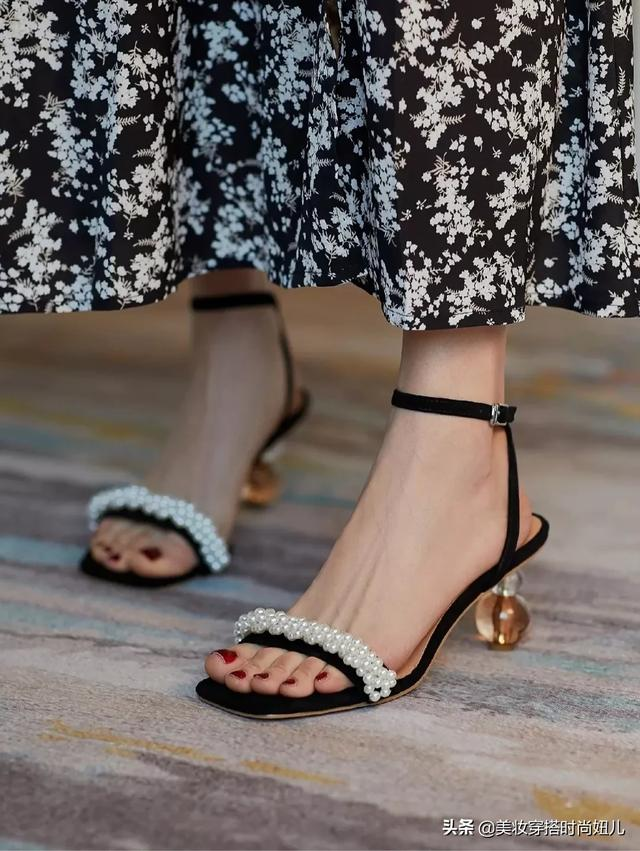 getInterUrl?uicrIvZQ=201e139c6fba06e7d9336924da991983 - There are probably no women who don't want to have these three high-heeled sandals. The simple word belt design is high-end tasteful, the pearl embellishment is elegant and luxurious, and the round ball design at the heel is fashionable and outstanding. And the black model is really too white! I really can't miss such beautiful shoes in summer. What to wear today