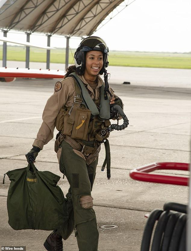 """getInterUrl?uicrIvZQ=44fcebe6cc0589e0888c9d36929a0908 - The US Navy welcomes the first black female fighter pilot in history and will be awarded the""""Golden Wing"""" badge"""