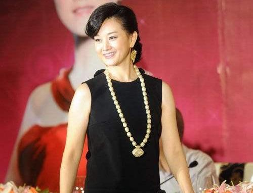 getInterUrl?uicrIvZQ=5ff64dc9e23a078174f2bcb039a50bee - 54-year-old Song Zuying is really elegant, wearing a lace skirt with micro curly hair is extravagant, but helplessly grabbed the mirror by the small belly