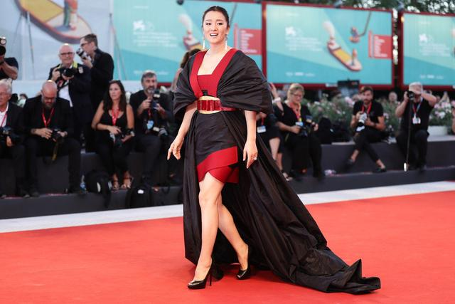 getInterUrl?uicrIvZQ=a36dd6e9c2dfd0ed00a15e77e19cc965 - Gong Li walks on the red carpet, a red and black ceremony is sexy and advanced, holding her husband's hand is difficult to separate