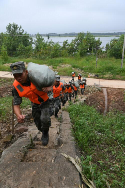 getInterUrl?uicrIvZQ=c0c6dbb8e801792154a962855358553a - The rainy night gathered, the soldiers traveled thousands of miles to help Anhui's anti-flood line