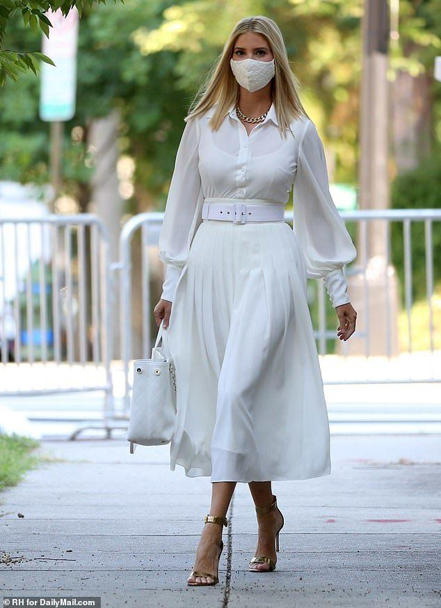 getInterUrl?uicrIvZQ=c2083453cbbd6407c655b7a0e2717386 - Ivanka went to work in a flowing white dress, wide waistband stretched out willow waist, gold chain big-name bag rich woman style