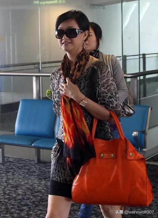 getInterUrl?uicrIvZQ=d5914d284618dfc2147f48a128d269a9 - Song Zuying didn't see her for more than half a year. She walked to the airport and wore a leopard print dress with sunglasses. Her red high heels showed her femininity. As a familiar singer, many people did not expect that Song Zuying's private clothing is so fashionable. A leopard-print single product has a sense of layering, a hand-held orange bag, and a pair of wide too.