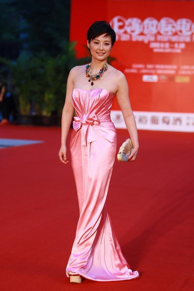 "getInterUrl?uicrIvZQ=efbb761dc50217eb71c5f11c05a9e112 - Yuan Li was really""shocked"" this time, wearing a pink tube top dress with multicolored necklaces, unexpectedly elegant and noble"