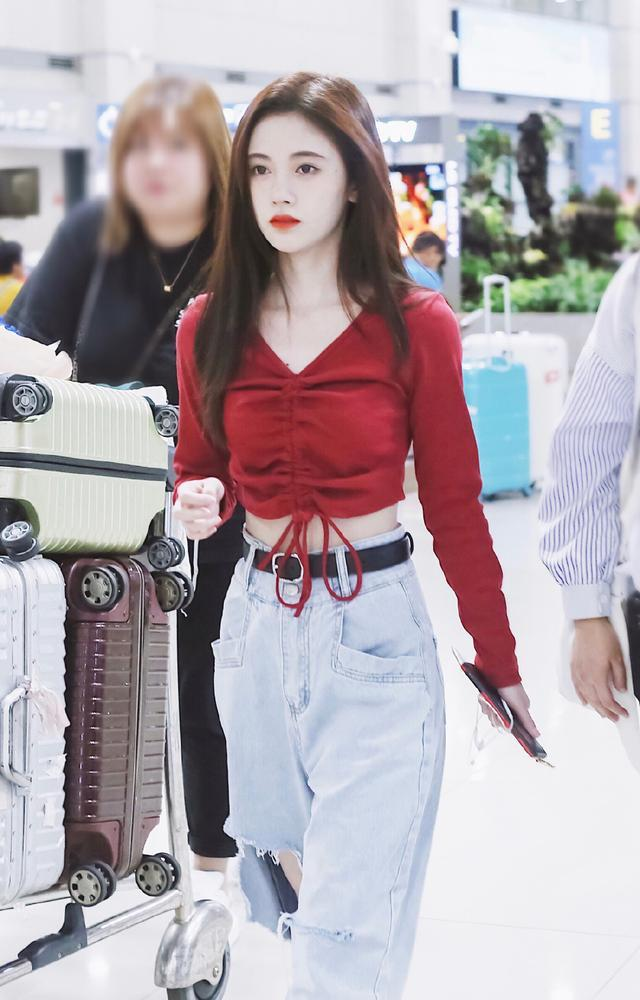 getInterUrl?uicrIvZQ=f8e5daa403ef0af0494210f9dbeab8bd - Ju Jingyi turned over the car in the airport, the off-shoulder top was A and sloppy, but the temperament was broken by the shoes, and the legs were short