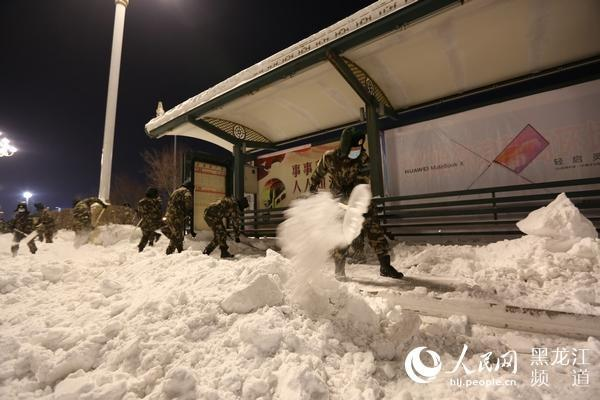 getInterUrl?uicrIvZQ=129d923c80636f4e2b6edecd58730603 - More than 1,000 armed police officers and soldiers cleared the ice and snow to clear the traffic in Harbin city