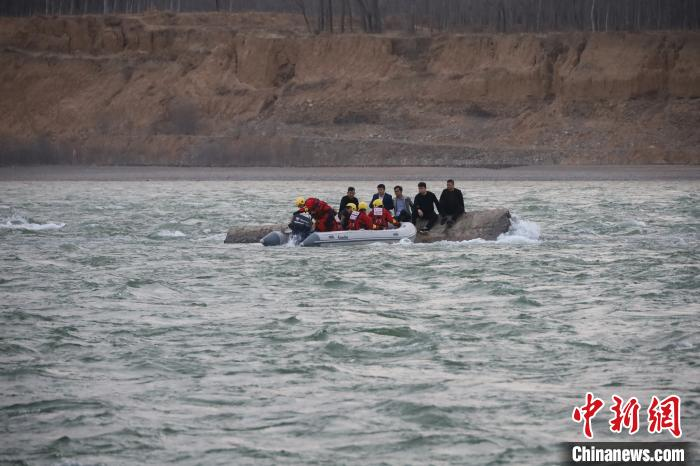 Haidong, Qinghai: 7 people trapped in the heart of the Yellow River, Haidong fire emergency rescue(1)
