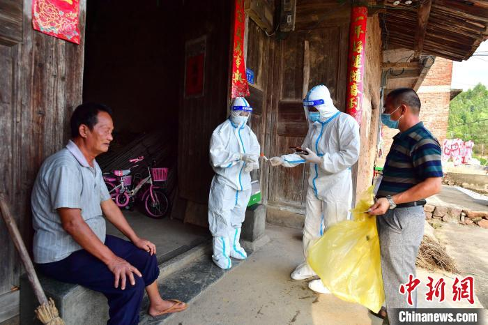 Xianyou, Fujian: Medical staff walked into the village to conduct nucleic acid testing