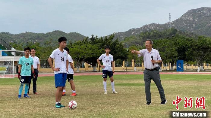 Rong Zhixing sends the ball to the campus in Shanwei, teaches football culture by precept and deeds(1)