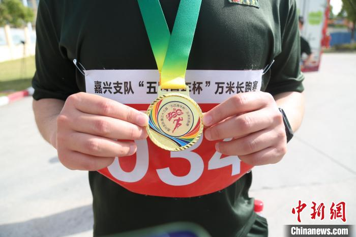 Youth footsteps measure red for a hundred years, one hundred armed police officers and soldiers in Zhejiang 10,000-meter long race