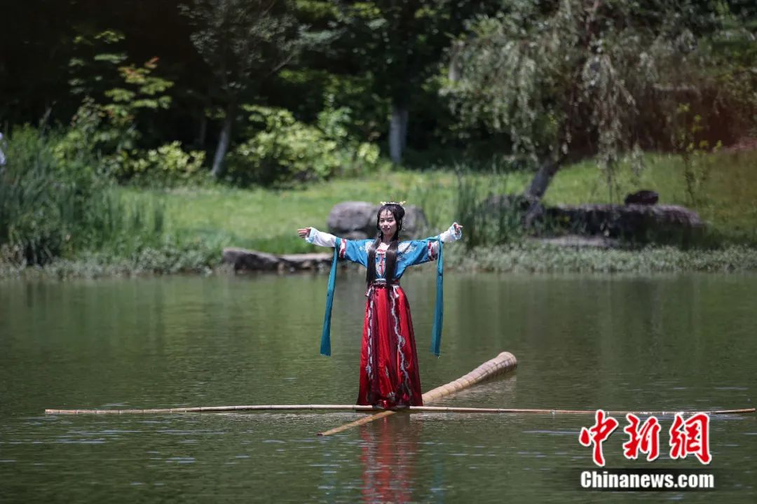 """Can you swim in the river with a single bamboo? The post-95 girl """"drifts alone"""" with great skill(6)"""