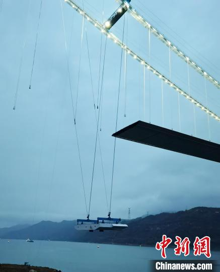 Xintian Yangtze River Bridge hits a domestic construction record with more than 200 tons of heavy steel box girder relayed in the air on a 100-meter river surface(2)
