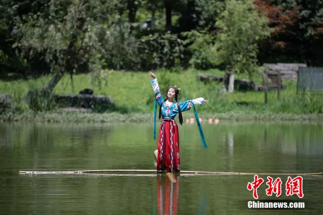 """Can you swim in the river with a single bamboo? The post-95 girl """"drifts alone"""" with great skill(10)"""