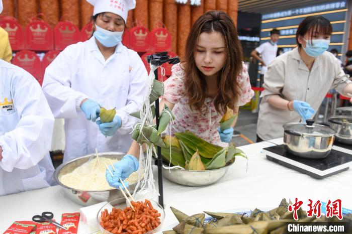 Changsha Chinese and foreign university students make spicy sticky rice dumplings to welcome the Dragon Boat Festival(1)