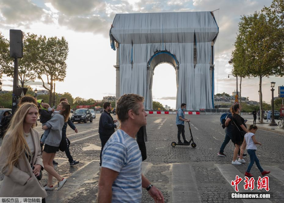 """The Arc de Triomphe in France puts on a """"coat"""""""