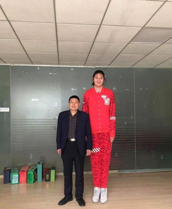 getInterUrl?uicrIvZQ=5be28c892a2d7a3bbb35163af1637f38 - 13-year-old girl is 2.26 meters tall and tied with Yao Ming, father is 2.13 meters and mother is a former national player