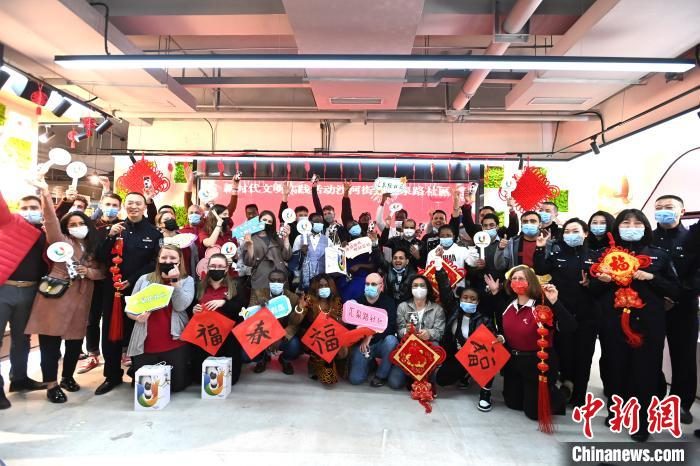 Make dumplings, learn calligraphy, Chinese and foreign friends celebrate the Lantern Festival in Chengdu(2)