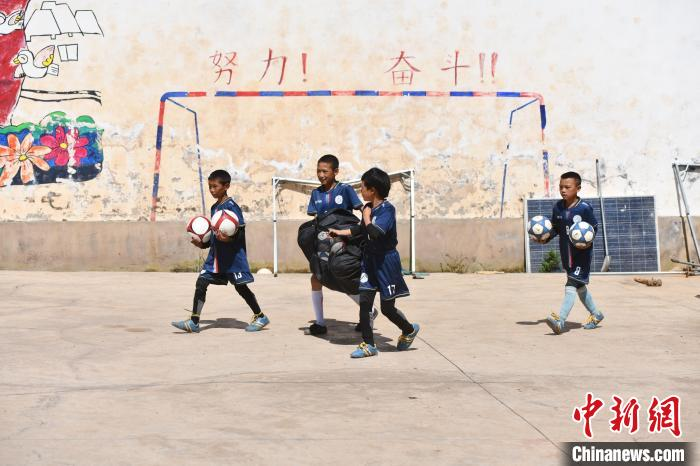 """Visiting Liangshan """"Cloud Primary School"""": Selected to Real Madrid Training Camp, Dreaming of """"Kicking"""" Out of the Mountains"""