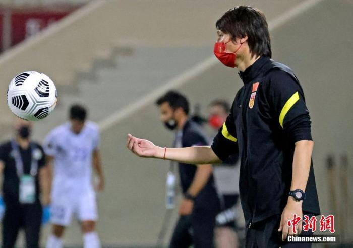 The first outdoor training after the National Football team arrived in Sharjah Zhang Linpeng failed to practice due to injury