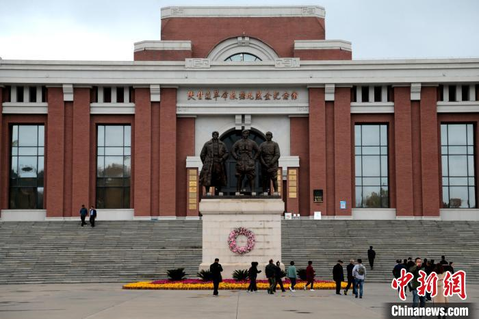 The number of visitors to the Zhaojin Memorial Hall in the Shaanxi-Gansu Border Revolutionary Base has been increasing year after year(1)
