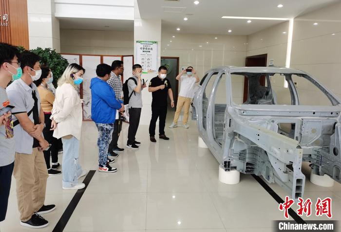 """""""Cultural Journey"""" for foreign friends in Nantong, Jiangsu: Experience modern technology and experience intangible cultural heritage projects"""