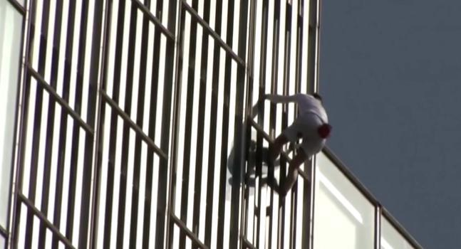 Spiderman is coming? The British man climbed the 120-meter-high building with his bare hands. The ending is…