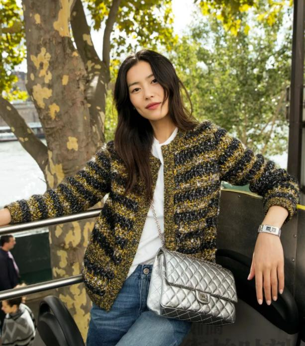 getInterUrl?uicrIvZQ=7af004f8a3090459b5819a03a243dfce - Temperament takes everything! Liu Wen in the summer park photo. Fans:This private server is not something anyone can wear