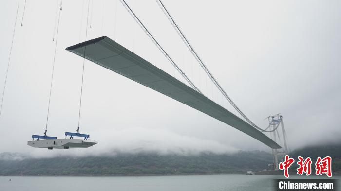 Xintian Yangtze River Bridge hits a domestic construction record with more than 200 tons of heavy steel box girder relayed in the air on a 100-meter river surface