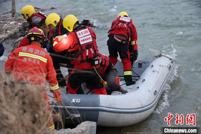 Haidong, Qinghai: 7 people trapped in the heart of the Yellow River, Haidong fire emergency rescue