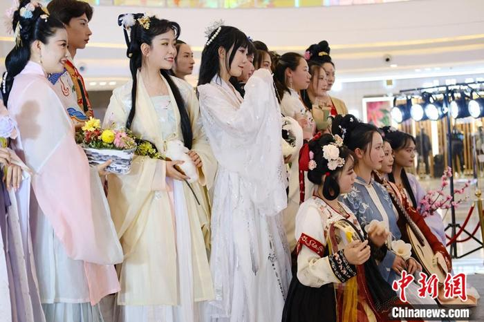 """Hanfu """"Out of Circle"""": Discovering Beauty in Traditional Culture"""