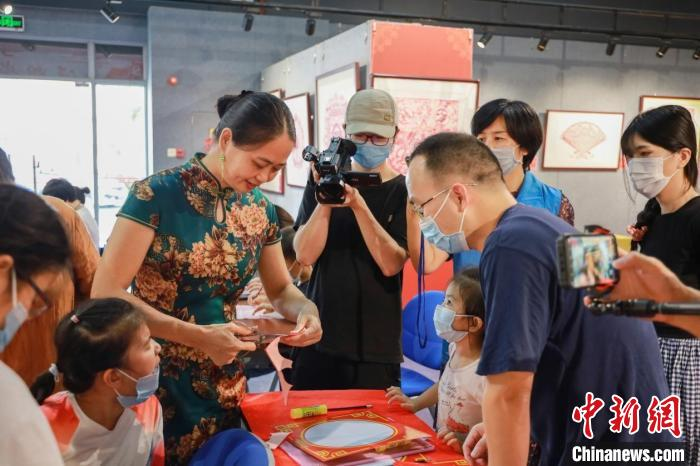"""Ingenious cutting to welcome the Mid-Autumn Festival Lingnan paper-cutting art experience is sought after by """"Laoguang"""""""
