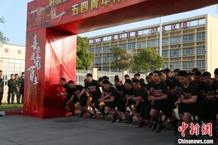 Youth footsteps measure red for a hundred years, one hundred armed police officers and soldiers in Zhejiang 10,000-meter long race(2)