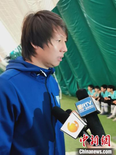 Shenyang, Liaoning: National Men's Football Coach Li Tie kicks off for the primary and middle school football league(6)