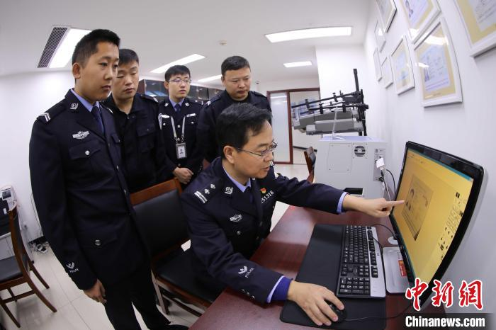 """22 years as a police officer. Wang Baoshan, the border policeman at Yantai Airport, is the """"old scalper"""" guarding the country.(1)"""