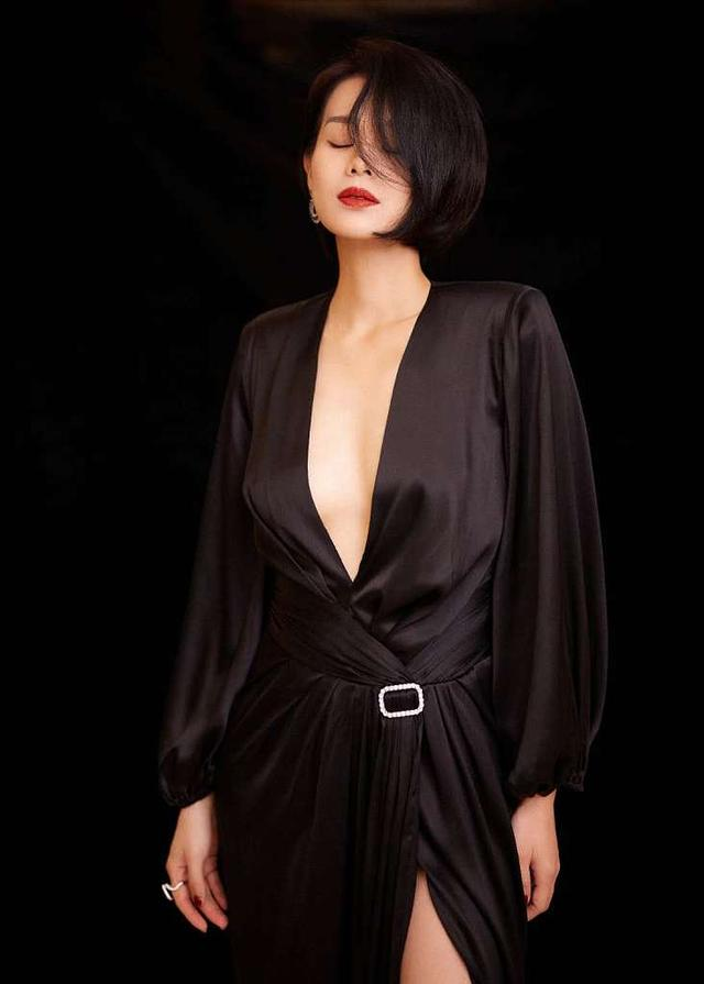 getInterUrl?uicrIvZQ=d134e8c695a2b7038d69087e935fe098 - Myolie Wu's short hair half-hidden face photo shoot charming and charming, deep V high slit dress shows a beautiful body