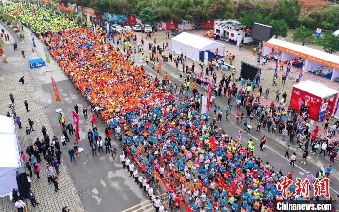 """""""World Longevity City"""" Hezhou's first marathon event, more than 4,000 people running in the ancient town of millennia(1)"""