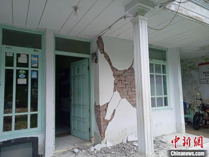 Indonesia's strong earthquake has killed 6 people, some buildings have been destroyed and roofs of houses have collapsed(1)