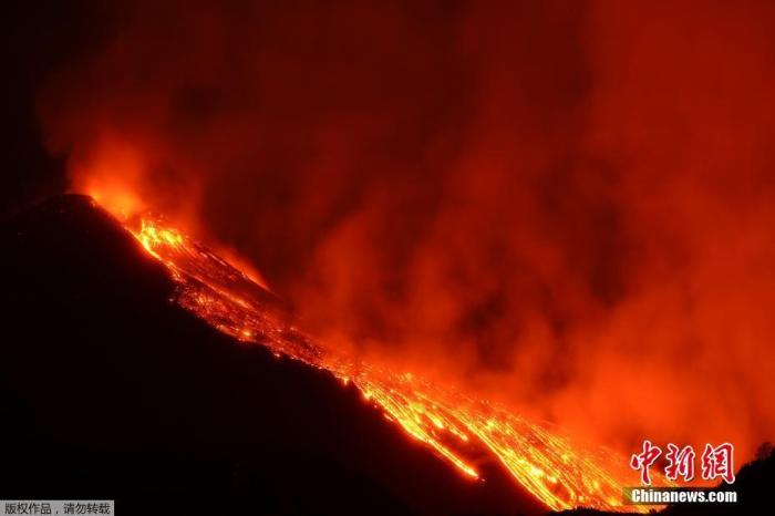Italy's Mount Etna erupts, about 20 violent explosions occur in the crater