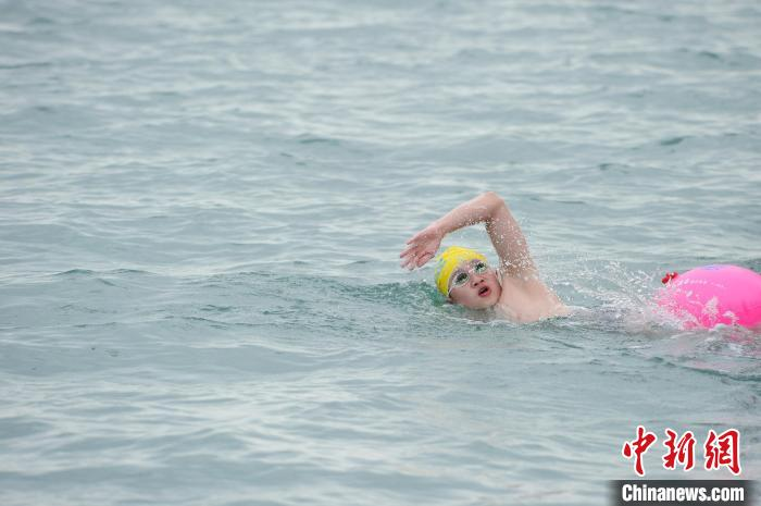 Hundreds of swimmers crossed Weizhou Island-Beihai waters, the shortest straight line distance is 24 nautical miles