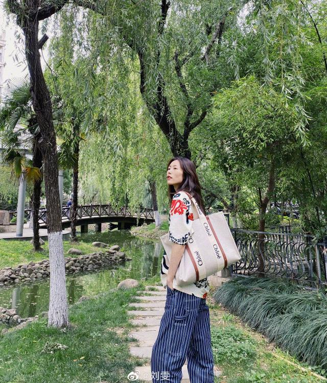 getInterUrl?uicrIvZQ=ea9939a268b202344b81ba0fd3f952ea - Temperament takes everything! Liu Wen in the summer park photo. Fans:This private server is not something anyone can wear