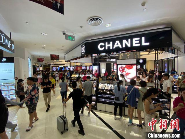 There are long lines of luxury goods counters, who are snapping up Chanel and LV?(4)