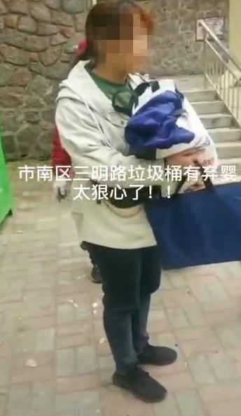 getInterUrl?uicrIvZQ=ee9fbfdaf49e0699cb0ca7458135c6a3 - On a trash can in Qingdao, a baby girl was surprised to find that she didn't even wear any baby clothes! The physical examination is all normal, the police:has been involved in the investigation