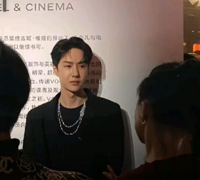"""getInterUrl?uicrIvZQ=f370943f4a5bc9568a8ad1e584e5bd51 - Wang Yibo attended the Chanel event on the 19th:wearing a low-neck sweater, but his mouth was suspected to be""""bitten"""""""