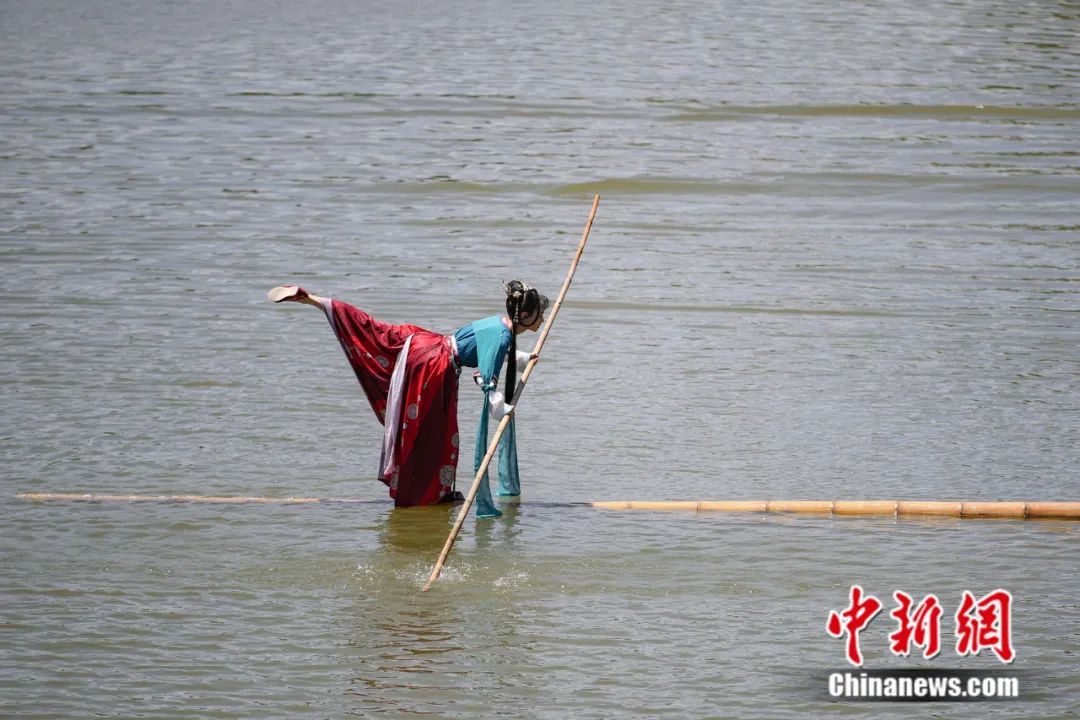 """Can you swim in the river with a single bamboo? The post-95 girl """"drifts alone"""" with great skill(8)"""