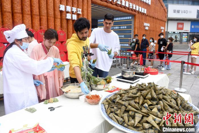 Changsha Chinese and foreign university students make spicy sticky rice dumplings to welcome the Dragon Boat Festival