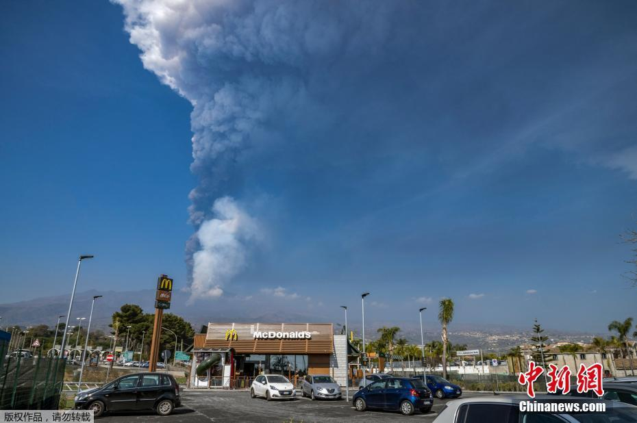 Etna volcano erupts in Italy, thick smoke hits the sky as if erecting a barrier